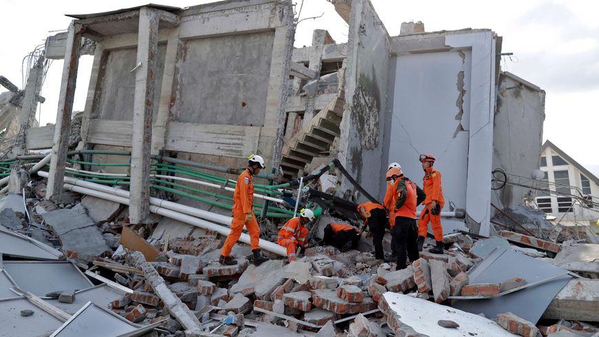 Dans la ville indonésienne  de Palu, de nombreux batiments se sont effondrés
