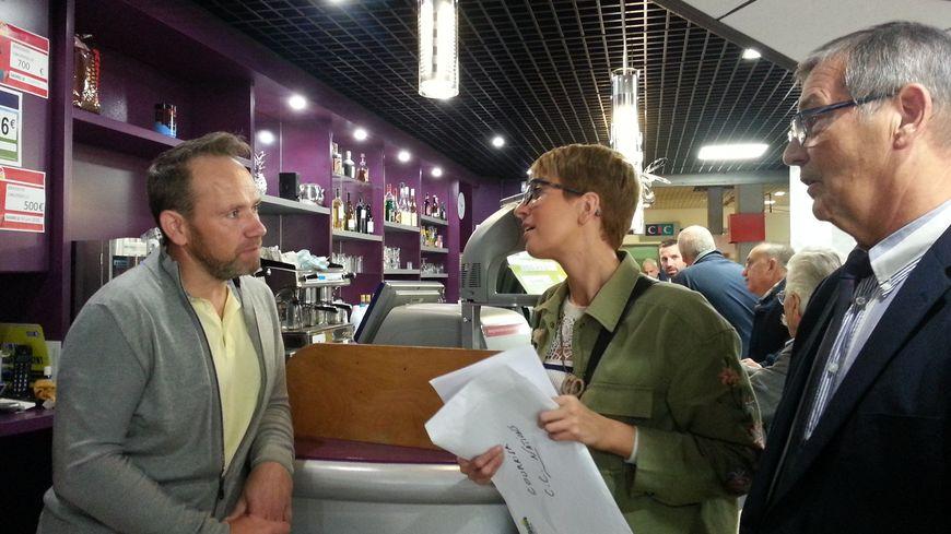 """Ce vendredi, des élus de Vandoeuvre ont distribué un courrier aux patrons des cafés pour qu'ils rappellent à leurs clients qu'il est interdit de fumer dans le centre commercial """"les Nations"""