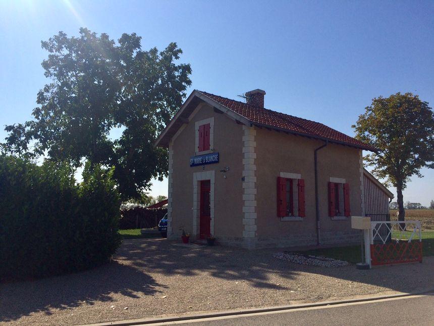 L'ancienne halte de Sainte-Marie-la-Blanche a été réaménagée et des panneaux historiques façonnent la route