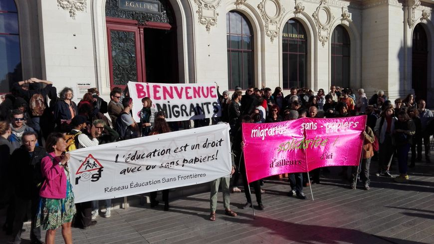 Les manifestants se sont réunis devant la mairie avant d'entrer dans la salle du conseil.