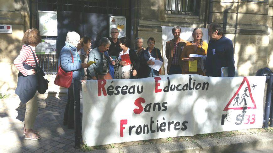 Les membres du réseau Education Sans Frontière 33 réunis devant l'école Saint-Bruno, à Bordeaux