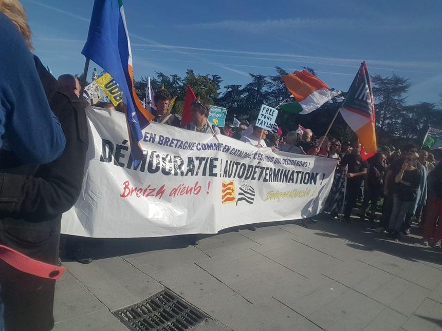 Les partisans de la réunification ont déployé différentes banderoles au cours de la manifestation.