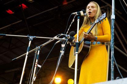 La chanteuse canadienne Joni Mitchell sur la scène du festival de l'île de Wight en 1970