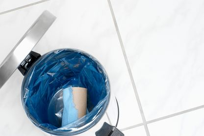 Bannir les emballages plastiques de ses produits cosmétiques, une solution pour éliminer les déchets de salle de bain