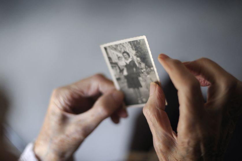 Plus de 900 000 personnes de plus de 65 ans sont atteintes, en France, de la maladie d'Alzheimer. Celle-ci constitue l'essentiel des maladies démentielles.