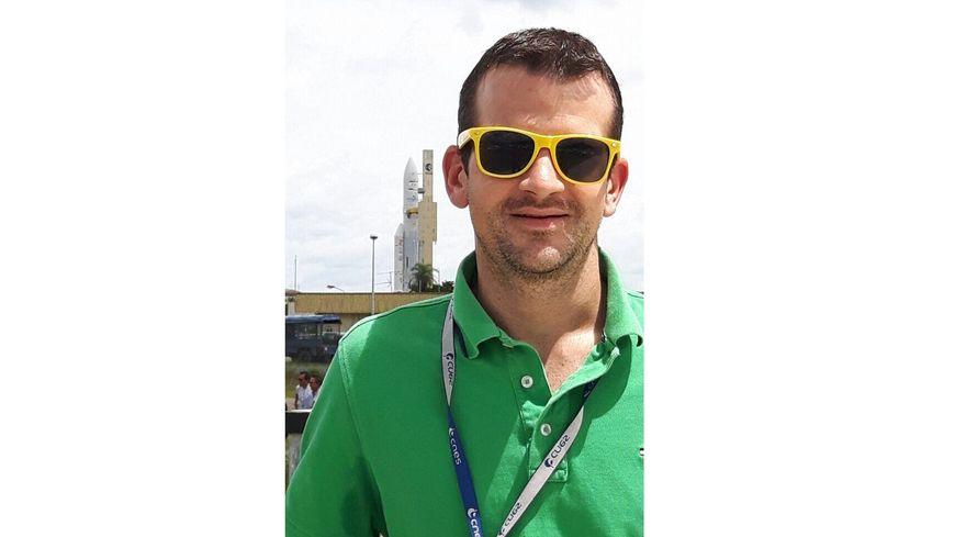 Gireg Rannou devant une fusée Ariane 5 à Kourou