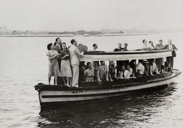 Des Juifs réfugiés à Cuba viennent saluer les passagers du SS St-Louis interdits d'acoster, le 6 juin 1939, au large de La Havane.