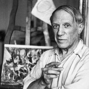 Pablo Picasso dans son atelier à Paris.