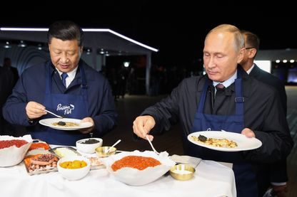 Pendant que leurs troupes effectuaient des manœuvres, Xi Jinping et Vladimir Poutine faisaient … des crêpes à Vladivostok mardi.