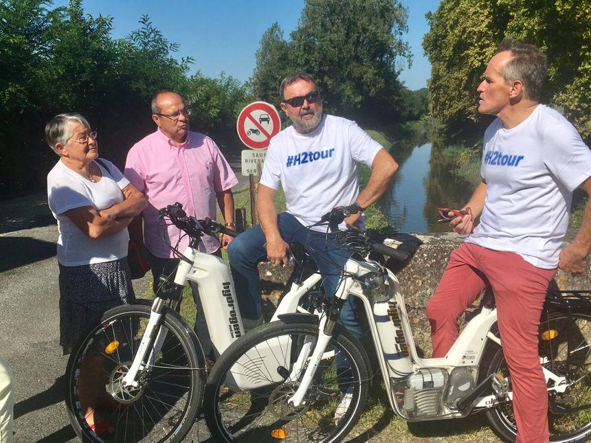Tout le long du canal, Michel Delpon va à la rencontre de maires pour discuter des atouts de l'hydrogène.