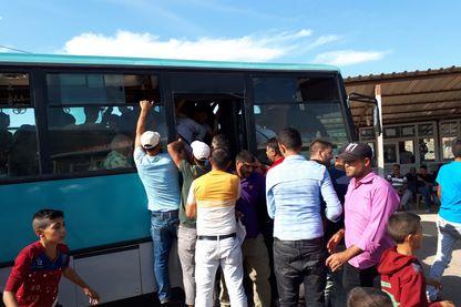 Arrivée à la frontière des Syriens installés en Turquie, qui viennent de passer des semaines avec leur famille dans la région d'Idlib.