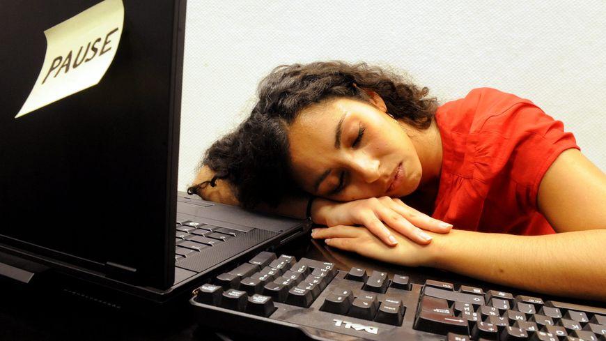 Une sieste de 5 à 10 minutes peut redonner un peu de fraîcheur pour terminer sa journée de travail. photo d'illustration.