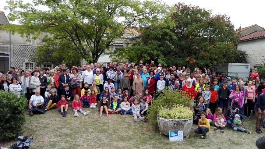 Les participants ont pris une photo de groupe dans le parc du Logis.