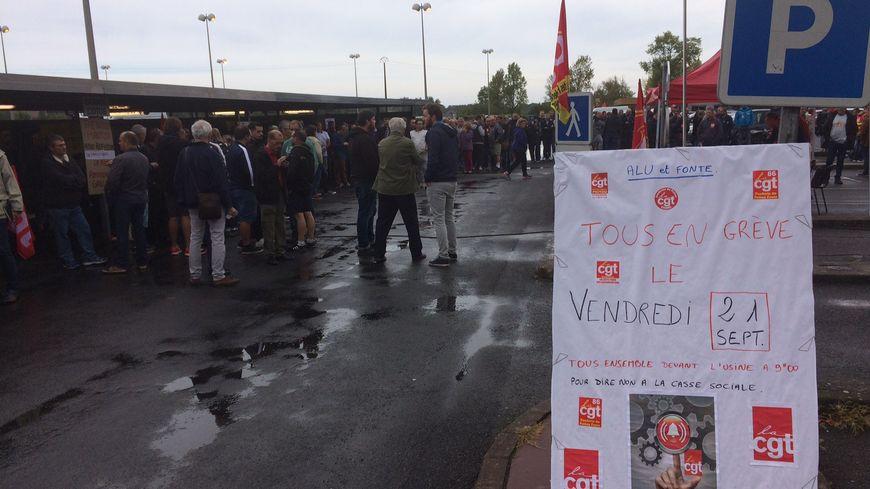 Les manifestants sont rassemblés à l'entrée de l'usine.