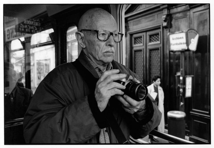 Willy Ronis tenant son Rolleiflex