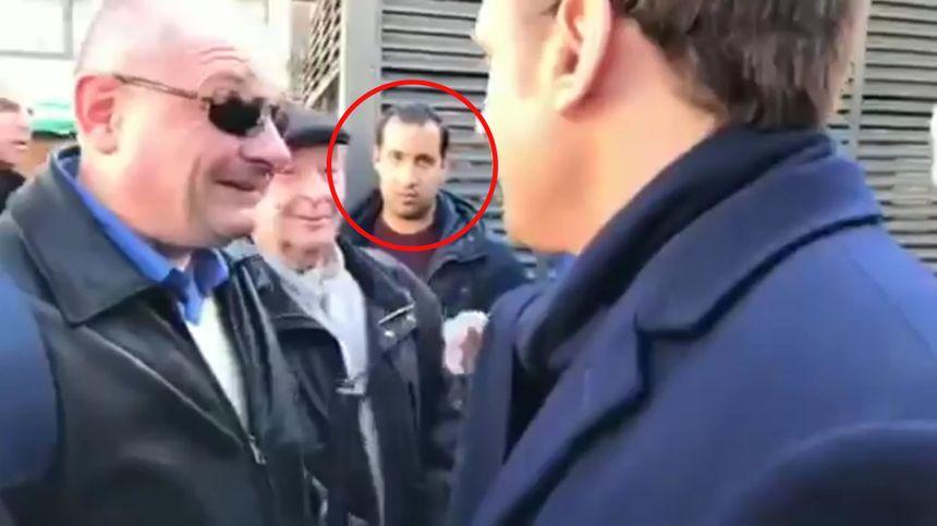 Alexandre Benalla était aux côtés d'Emmanuel Macron le 29 avril 2017 sur un marché poitevin.