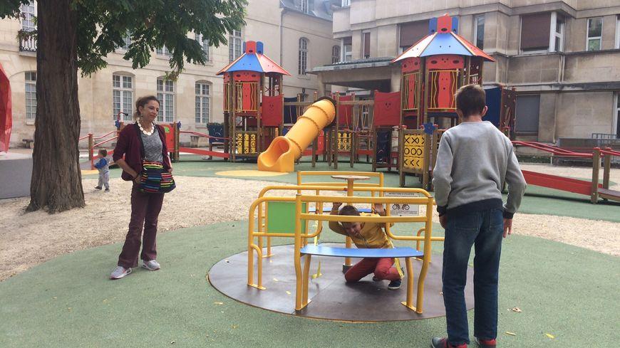 Matteo, Valentin et leur maman profitent de l'aire de jeux de l'hôpital en attendant leur consultation