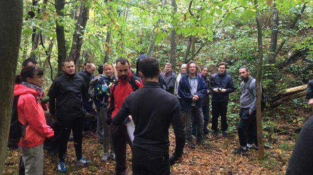 En pleine forêt de Raismes, la trentaine d'aventuriers présents ce dimanche s'apprêtent à fabriquer leur première civière de fortune.