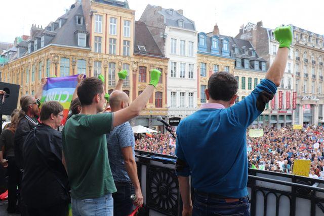 Des milliers de personnes se rassemblent sur la grande place du général de gaulle de Lille avant d'entamer la marche pour la défense du climat