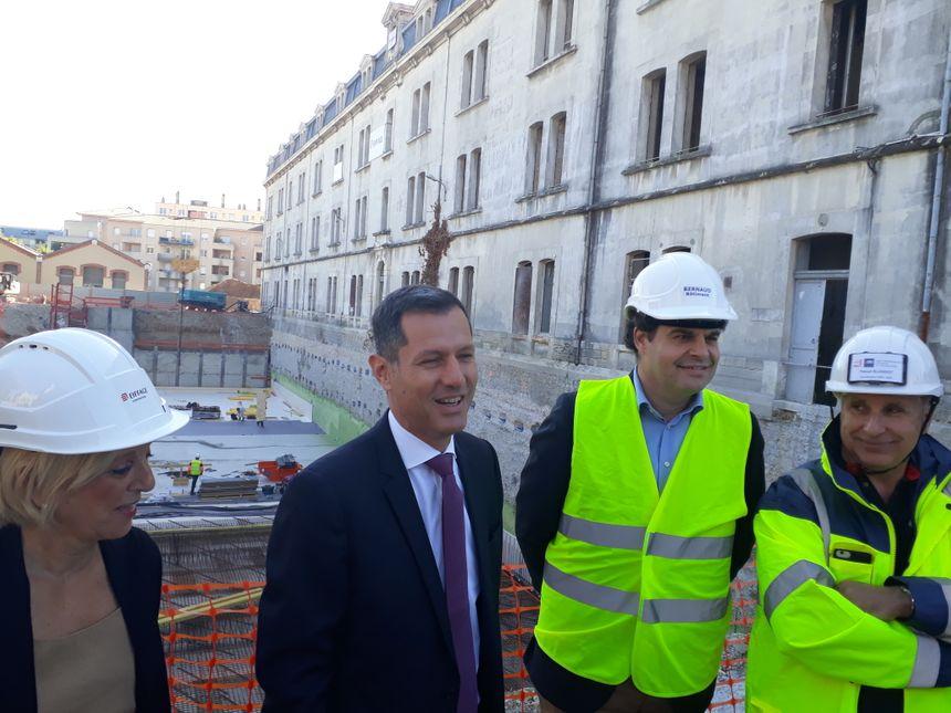 """Derrière les maires de Bourg-les-Valence et de Valence Marlène Mourier et Nicolas Daragon, on aperçoit la """"piscine inversée"""", dix mètres plus bas."""