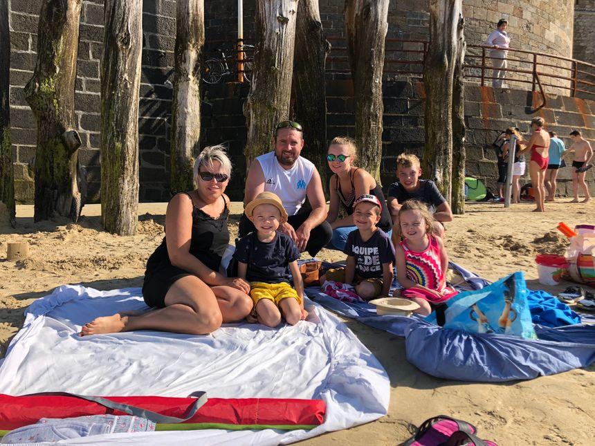 La famille venue de Mayenne pour la journée savoure ces derniers moments sur le sable