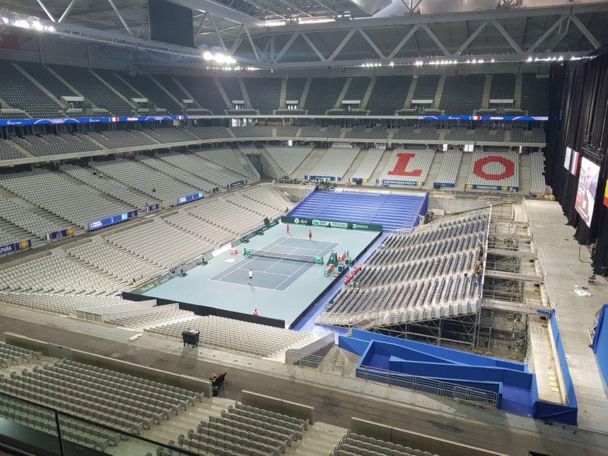 Trois jours avant les premiers matchs, on s'activait pour finaliser le court du stade Pierre Mauroy