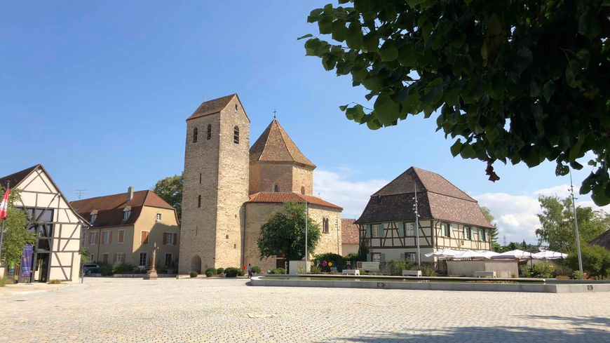 Ottmarsheim, place de l'église et de la mairie