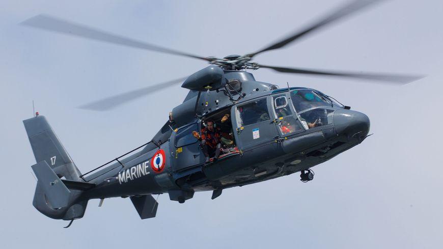 L'hélicoptère Dauphin de la Marine nationale a porté secours à trois personnes naufragées au large de Dieppe.