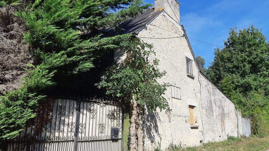 La maison piégée est située en pleine campagne et entourée de grands arbres