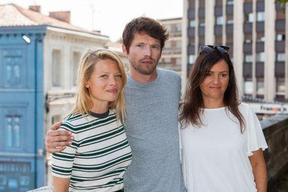 """Mélanie Thierry et Pierre Deladonchamps, posant avec Bettina Oberli, réalisatrice du film """"Le Vent tourne"""" pour lequel ils jouent les personnages principaux."""