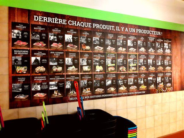 Les producteurs sont au coeur de la communication de vente, et sont mis en vente partout dans le magasin, comme ici à l'entrée
