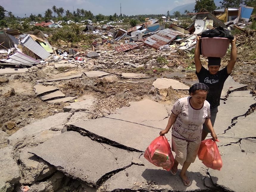 Des habitants ont récupéré quelques biens après le tremblement de terre et le tsunami. - AFP