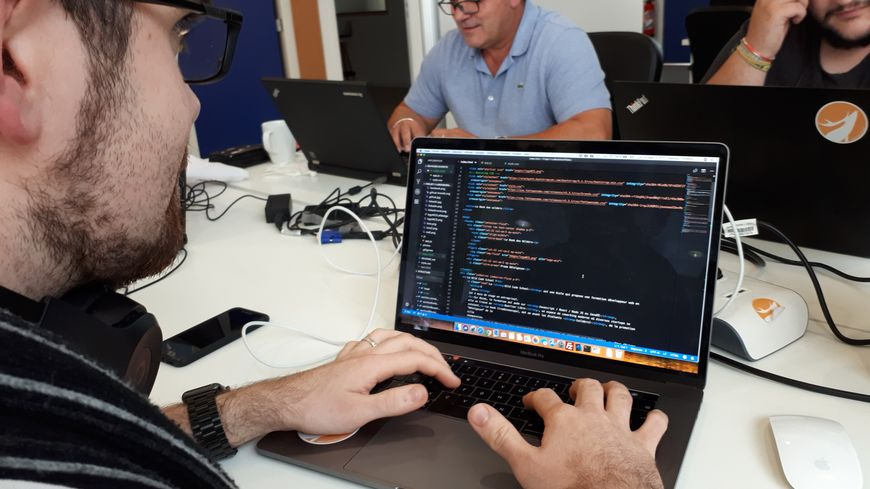 Une ligne de code correspond à l'action d'un clic sur un site web. Il en faut donc beaucoup.