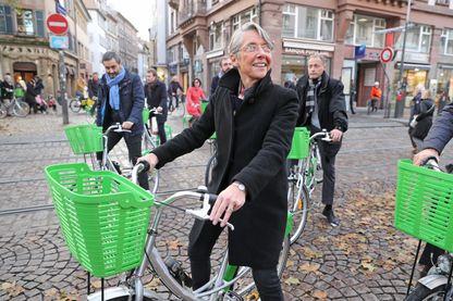 Elisabeth Borne Ministre chargée des Transport à vélo sur un Vel'hop dans les rues de Strasbourg (novembre 2017).