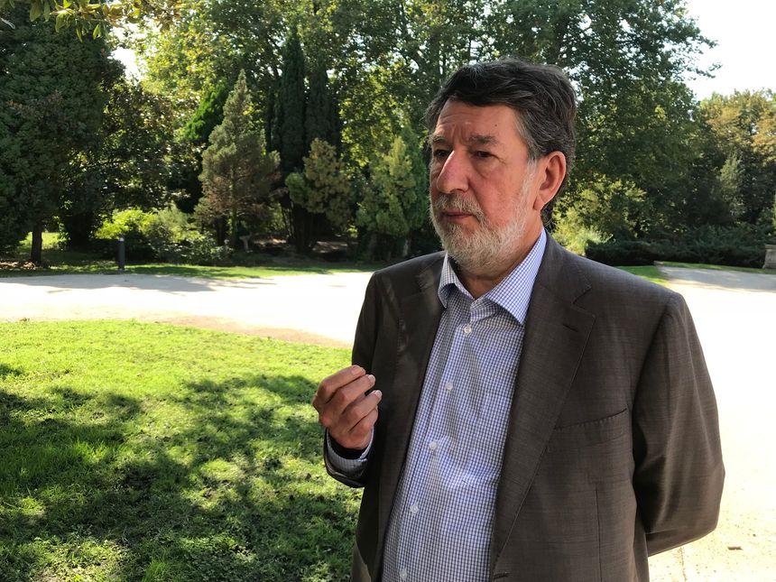 Alain Anziani, dans les jardins de l'hôtel de ville de Mérignac.