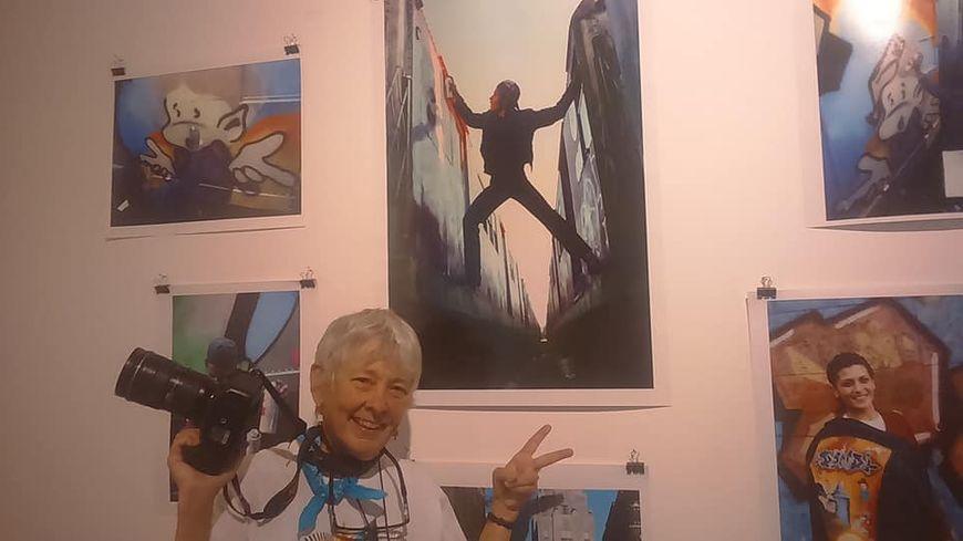 Martha Cooper, photographe new-yorkaise de 75 ans, légende vivante dans le milieu du street art, devant quelques-uns de ses clichés, au DIDAM
