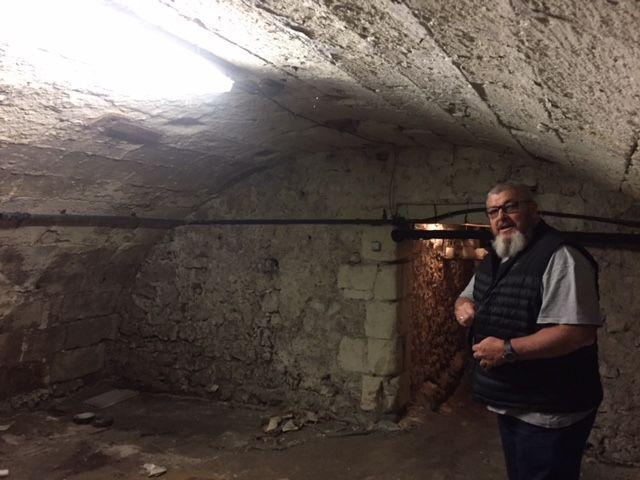 Christophe Bouhour dans la cave voûtée où sera installée et creusée une piscine