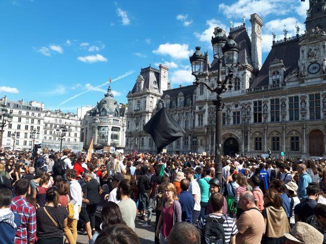 Plusieurs milliers de personnes étaient réunis sur le parvis de l'Hôtel de Ville