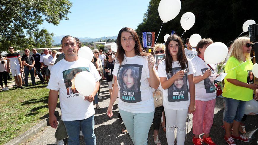 Entre le papa et la grande soeur de Maëlys, Jennifer, sa maman. Lors de la marche blanche organisée le 27 août dernier en hommage à la fillette, un an après sa disparition.