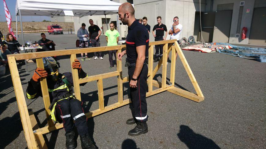 L'événement est fait pour s'amuser, mais aussi pour s'entraîner : chaque candidat doit porter l'équipement complet du sapeur-pompier, qui pèse au moins 20 kilos.