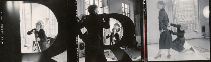 Sabine Weiss sur un shooting de mode.