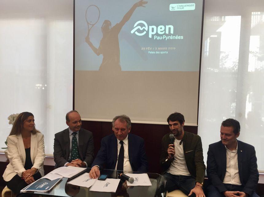 Audrey Roustan, co-directrice du tournoi, Dominique Mockly Président de Teréga, François Bayrou, Jérémy Chardy et Éric Saubatte, adjoint au maire en charge des sports.