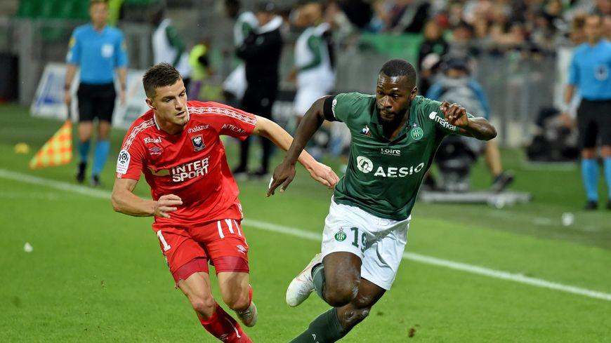 Yannis Salibur au duel avec Frederic Guilbert lors du match Saint-Étienne Caen (6ème journée)