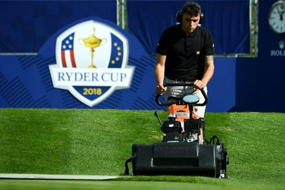 Un greenkeeper coupe du gazon au Golf National de Guyancourt, près de Paris, où se déroulera en septembre la compétition de golf masculin biennale, la Ryder Cup le 19 septembre 2018.
