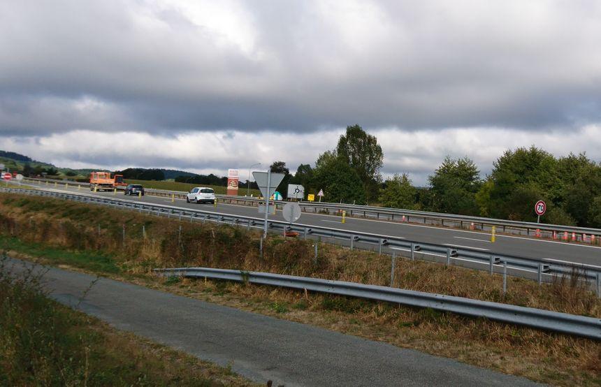 Les travaux sur la RN 145 obligent les voitures à rouler sur une voie et bloquent l'accès à la station.