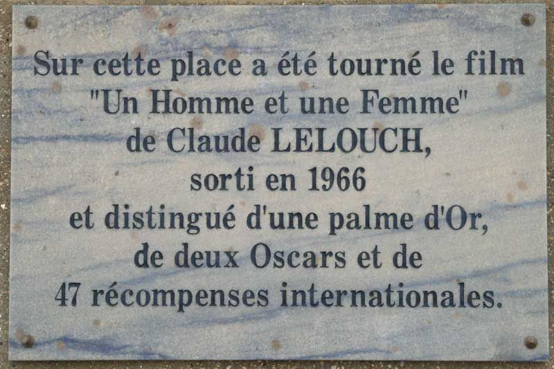 """Gros plan sur la plaque inaugurée en 2006 rappelant le tournage à Deauville du film """"Un homme et une femme"""" de Claude Lelouch."""