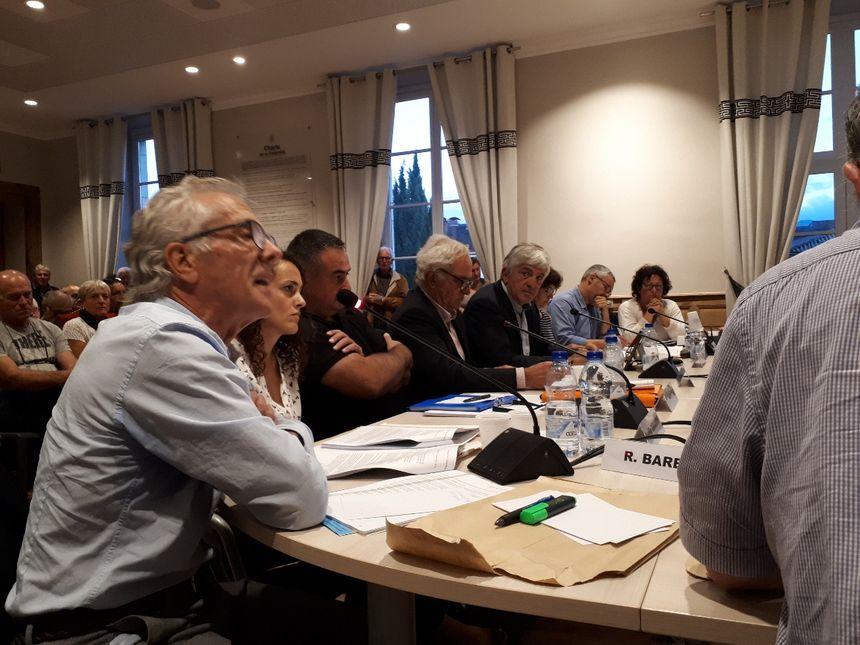 L'opposition municipale, dont Robert Bareille, et l'ancien maire, Bernard Uthurry, a demandé des explications à Hervé Lucbéreilh.