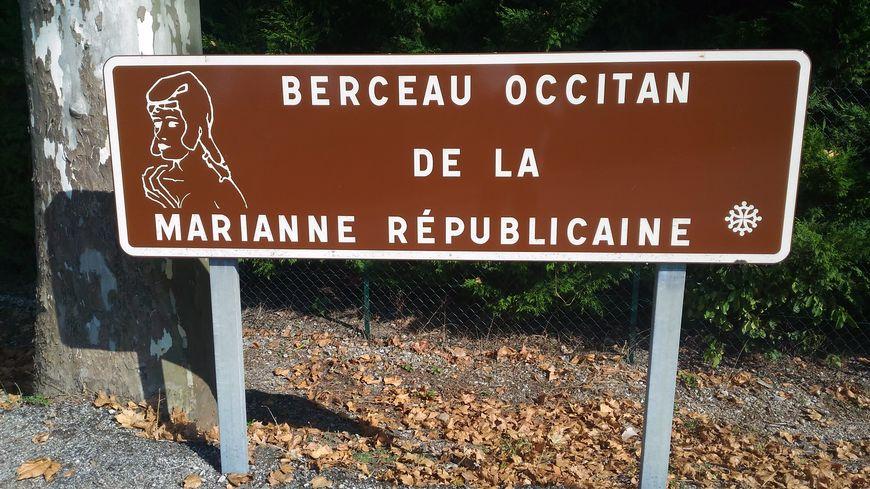 Panneau à l'entrée de Puylaurens (81)