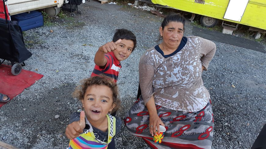 Une famille Rom, expulsée du campement Pasteur cet été, installée sur le site d'une ancienne station service façade de l'Esplanade à Lille