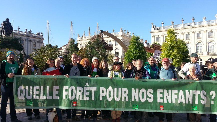 La marche des forêts arrivée place Stanislas à Nancy. Une action initiée par une intersyndicale d'agents de l'ONF pour protéger les forêts